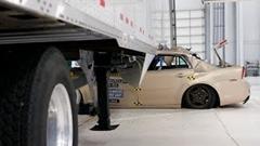 トラックの側面に衝突すると危険だから気をつけろ!っていう動画
