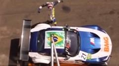 気持ちはわかる BMW Z4 のドアに怒りの蹴りを入れちゃうレーサー