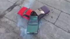 なんだこれwwww 3台の車を無理やりくっつけたハンドスピナーカー