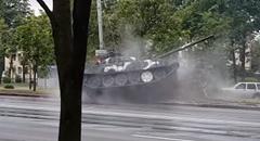 軍事パレード中に戦車がドリフトクラッシュしちゃう動画