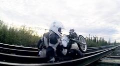 バイクで線路の橋を渡ろうとしたら枕木が外れた!