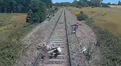 あっぶね!線路でコケたバイクがひかれそうになっちゃう危機一髪動画