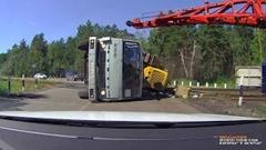 踏切の横断を急ぎすぎたトラックが横転クラッシュしちゃう動画