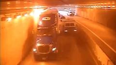 走るだけでトンネルが暗くなるトラック