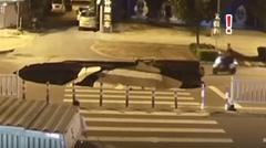 道路に出現した大穴にスクーターが落ちちゃう動画