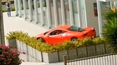 フェラーリ 458 が駐車中にやっちまった動画