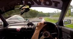 トヨタ スターレットに当て逃げするフェラーリ 458 スパイダー