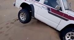砂漠でタイヤが空転した時に役に立つ動画