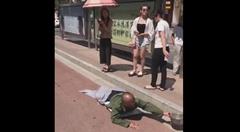 「お恵みくだせえ」 足が不自由な障害者を襲った悲劇