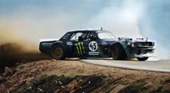 1400馬力のフォード マスタングで峠を駆け上がるケン・ブロックの超絶ドリフト動画