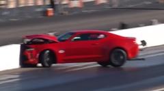 ドラッグレース中に突然カマロが右折クラッシュしちゃう動画