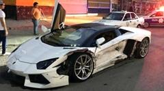 ランボルギーニ アヴェンタドールとタクシーが衝突しちゃう事故動画