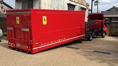 フェラーリ専用のトランスポーターで納車される 458 イタリア