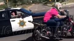 ウイリーバイクを拳銃で威嚇するワイルドポリス