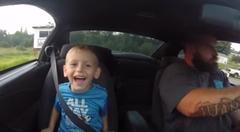 幼い息子をドラッグカーに乗せてみた