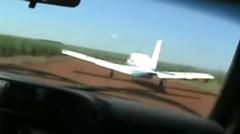 離陸中の飛行機に体当たりしちゃうブラジルのパトカー