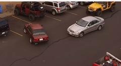 割り込み野郎に駐車場を取られてしまったジープの復讐動画