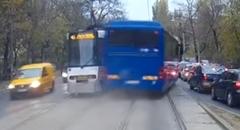 路面電車をギリギリで追い抜いちゃう危険すぎるバス