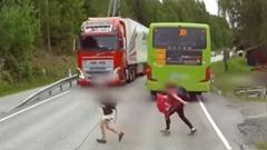 道路に飛び出したガキをひきそうになっちゃうトラック危機一髪動画!