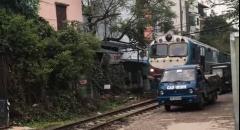 線路脇に駐車したトラックが列車に破壊されちゃう動画