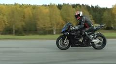マクラーレン MP4-12C vs BMW S1000RR HP4 加速対決動画