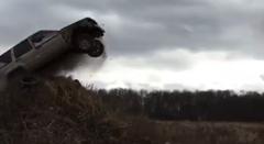 ジープ チェロキーでジャンプに挑戦してみた動画