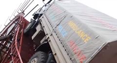 巨大障害物を乗り越えちゃうタトラのトラック