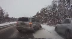 雪道でスリップした対向車が突っ込んできちゃう危機一髪動画