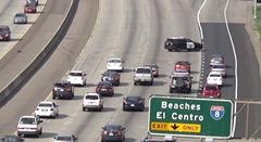 ジグザグ走行で渋滞を作るアメリカのパトカー