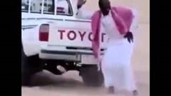 トヨタ車の排気音で踊っちゃう砂漠の人
