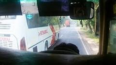 どけどけ!先行車を抜きまくるバングラディシュの暴走バス