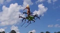 空飛ぶ有人マルチコプターを乗りこなす美女がスゲー!っていう未来を感じる動画