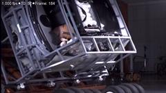 横転しても飛び出さないヒュンダイのサンルーフ用エアバッグテスト動画