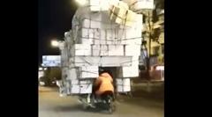 大量の荷物を運ぶライダーを発見www
