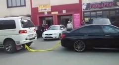 BMW M5 vs 三菱 デリカ スペースギア 綱引き対決でやっちまった動画