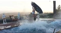 小さなプールでジェットスキーがバックフリップしちゃうスゴ技動画