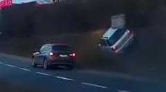 ぶつけられたスバル インプレッサが斜面を駆け上がっちゃう動画