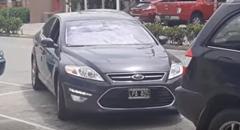 トリッキーな動きで縦列駐車する動画