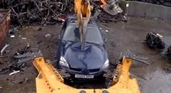 大胆かつ繊細に車を解体分別しちゃうお仕事動画