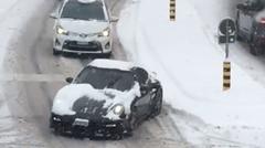 ポルシェ 997 ターボ 雪道をまっすぐ走れず障害物と化す