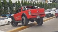 俺のフォード レンジャーならこれぐらいの中央分離帯は余裕!