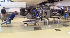 ブガッティ シロンの工場見学動画