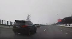 はえー!爆走SUVにぶち抜かれちゃう一瞬動画