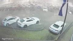 あんぎゃあああ!シボレーディーラーの在庫車が特大の雹に攻撃されちゃう動画
