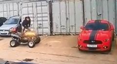 四輪バギーがうっかりマスタングを破壊しちゃう動画
