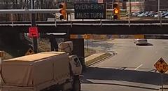 軍用車がうっかりトンネルにぶつけちゃう動画
