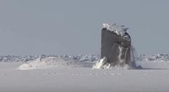 北極海の分厚い氷を突き破って浮上するアメリカ海軍の潜水艦