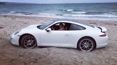 ポルシェ 911 うっかり砂浜にハマる