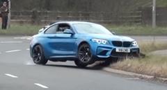 BMW M2 がギャラリーにアピールしようとしてクラッシュしちゃう動画