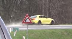 BMW M4 コンバーチブルがコーナーを曲がりきれずクラッシュしちゃう動画